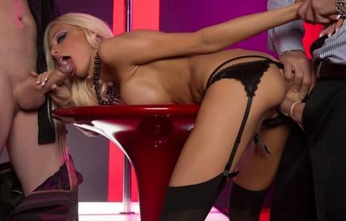 krasiviy-porno-striptiz-na-litse